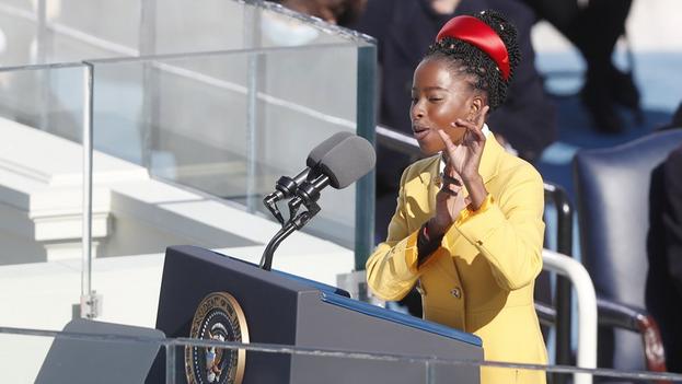 Amanda Gorman, la joven afroamericana que acaparó la atención en la ceremonia de investidura del presidente Joe Biden. (EFE)