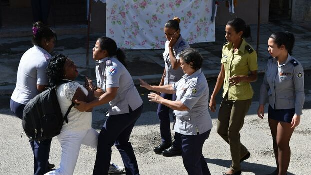 Arresto de Berta Soler, lider de las Damas de Blanco, al salir de la sede de la organización en Lawton, La Habana. (DamasdBlanco)