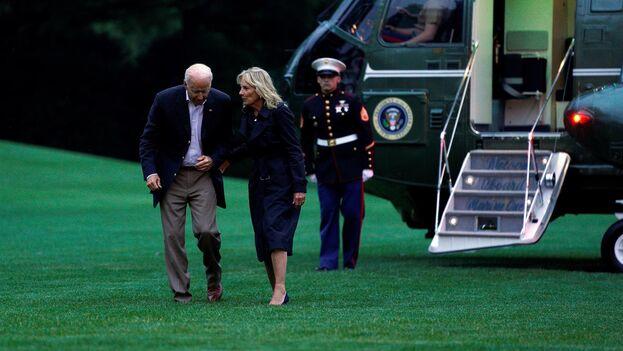 El presidente estadounidense, Joe Biden, junto a su esposa, Jill, llegando a la Casa Blanca a su regreso de Surfside, Florida. (EFE/EPA/Yuri Gripas/Pool)