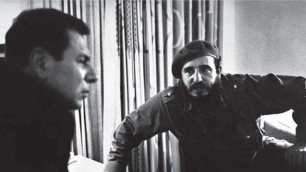 Fidel Castro y el periodista francés Jean Daniel en el hotel Riviera el 22 de noviembre de 1963, fecha del asesinato de John F. Kennedy. (Marc Riboud/L'Obs)