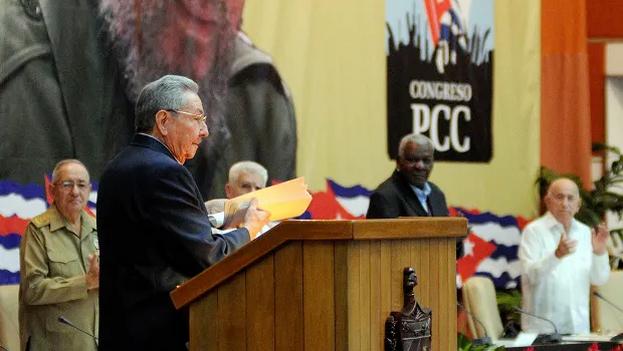 El limbo de la provisionalidad concluyó en dos momentos cruciales: en 2008 cuando Raúl Castro asumió formalmente la presidencia y en 2011, cuando el Sexto Congreso del PCC lo elevó oficialmente al rango de primer secretario. (EFE)