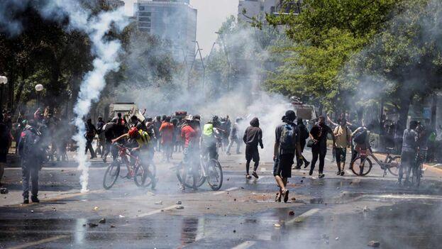 """De pronto en Chile, ante un mínimo aumento del costo del transporte público en 2019, se armó un pandemónium que es """"el rayo que no cesa"""". (EFE)"""