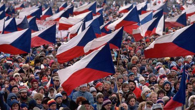 Ciudadanos checos en 1989 exigiendo su libertad en Praga. (CC)