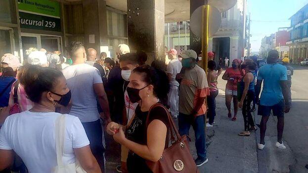 Cola este lunes a las puertas de un banco, en La Habana. (14ymedio)