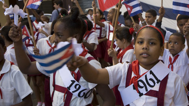 """En Cuba """"la situación material de las escuelas primarias y centros docentes medios y superiores es de regular a deplorable"""", asegura el autor. (I. Zahorsky/Flickr)"""