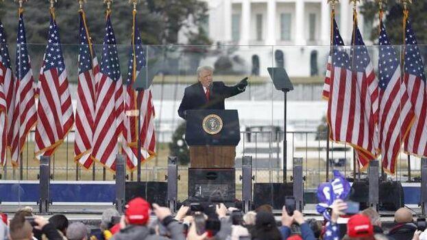 Donald Trump dirigiéndose a miles de manifestantes congregados a las afueras de la Casa Blanca este 6 de enero. (EFE)