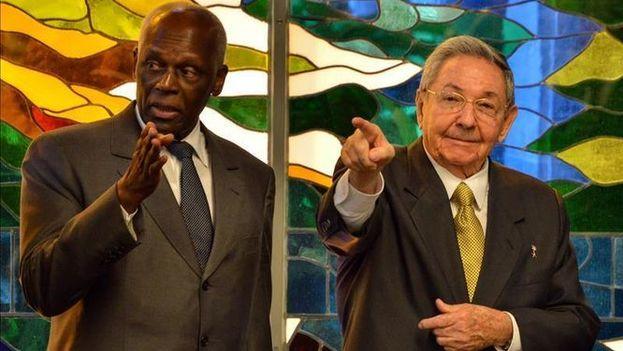 Los presidentes de Cuba y de Angola, Raúl Castro y José Eduardo Dos Santos durante la firma de acuerdos bilaterales, en el Palacio de la Revolución de La Habana. (Archivo/EFE)