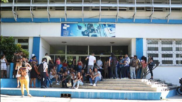 La Facultad de Comunicación es el escenario ideal para crear falsas campañas de apoyo al sistema cubano en las redes sociales. (FCOM)