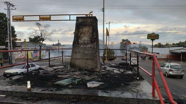 En la segunda noche de protestas de este enero convulso, en San Félix, estado de Bolívar, los manifestantes prendieron fuego a la estatua de Hugo Chávez. (Efecto Cocuyo)