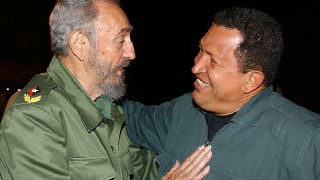 Fidel Castro y Hugo Chávez en una foto del año 2002. (EFE)