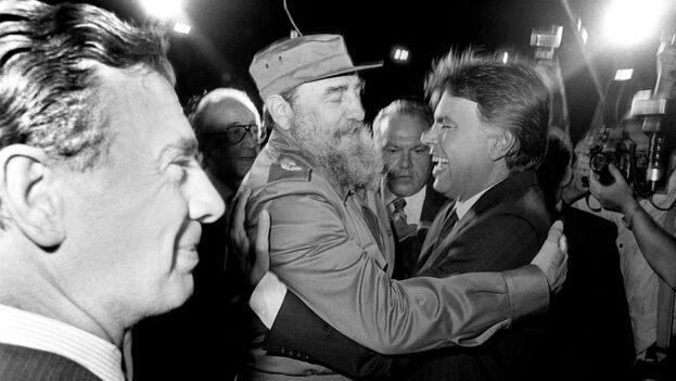 El presidente del Gobierno español, Felipe González, es recibido por Fidel Castro a su llegada a Cuba el 11 de noviembre de 1986. (EFE/Manuel P. Barriopedro)