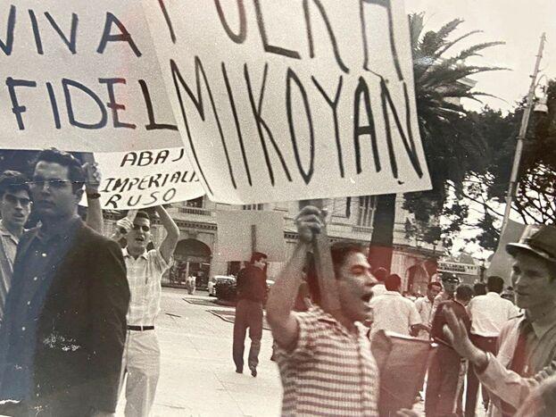 Jóvenes cubanos todavía creían en Fidel, pero recelaban de la visita del viceprimer ministro soviético, Anastás Mikoyán. (Cortesía de Alberto Muller)