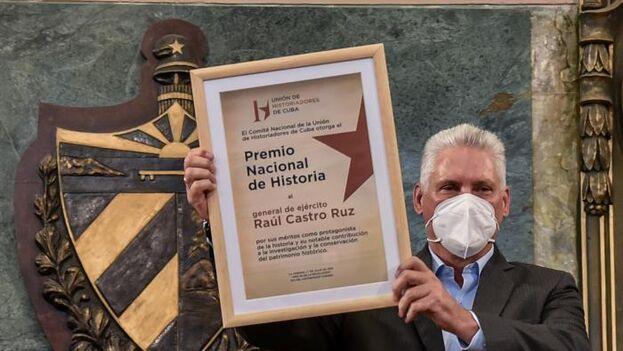 Miguel Díaz-Canel fue a por un premio ante el que el propio e inmerecido galardonado tuvo el recato de no recoger. (Granma)