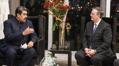 El mandatario venezolano, Nicolás Maduro, tras su llegada a México para asistir a la cumbre de la Celac, con el secretario de Relaciones Exteriores mexicano, Marcelo Ebrard. (Twitter/@SRE_mx)