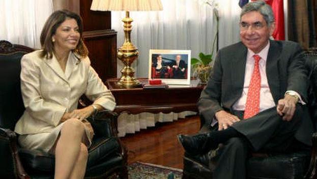 Óscar Arias y Laura Chinchilla, firmantes de la tribuna entre decenas de latinoamericanos. (TicoVisión)