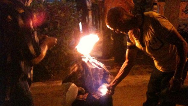La quema del muñeco que simboliza el año viejo se recuperó en Pinar del Río. (Juan Carlos Fernández)