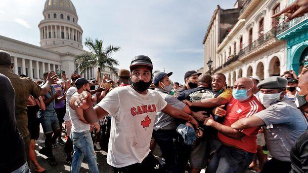 Policías arrestan a manifestantes frente al capitolio de Cuba, en La Habana, el 11 de julio de 2021. (EFE/Ernesto Mastrascusa)