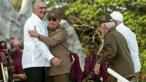 Raúl Castro abraza a su sucesor en el último 26 de julio celebrado. (EFE)