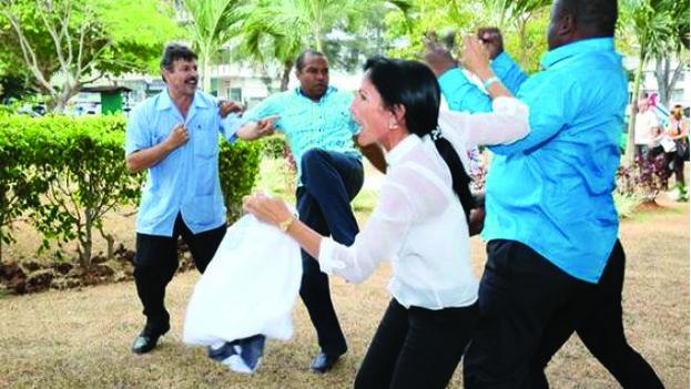 """Represores castristas golpeando y pateando a Leticia Ramos y a Jorge Luis García Pérez """"Antúnez"""" durante la VII Cumbre de las Américas. (marporcuba.org)"""