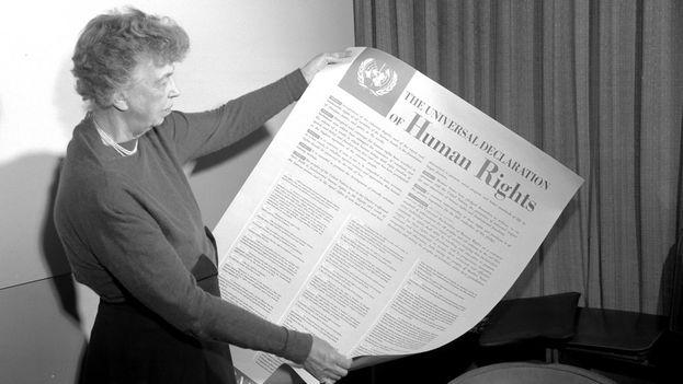 La diplomática estadounidense Eleanor Roosevelt mientras sostiene la Declaración Universal de lo Derechos Humanos. (un.org)