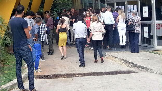A la entrada de la Sala Covarrubias del teatro Nacional, para entrar al TEDx Habana (foto 14ymedio)