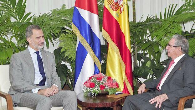 Antes de partir hacia Santiago, Felipe VI de España se reunió con Raúl Castro. (EFE)