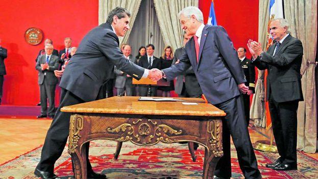 El presidente de Chile, Sebastián Piñera, saluda a Mauricio Rojas en el Palacio de la Moneda. (La Tercera)