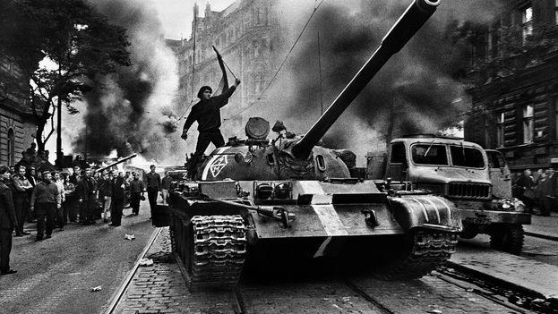 Tanques del Pacto de Varsovia invaden Praga, capital de la entonces República Socialista de Checoslovaquia. (Twitter)