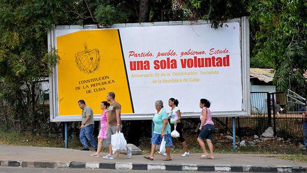 Valla correspondiente al 35 aniversario de la Constitución de 1976 con mensaje semejante al actual para la nueva Constitución, también socialista. (EFE/Archivo)