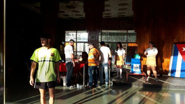 Varios electores ejercen su derecho de sufragio en el cine Acapulco de La Habana. (14ymedio)
