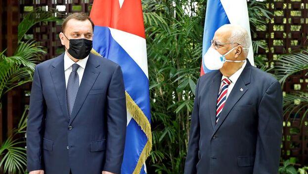 El viceprimer ministro Ricardo Cabrisas (i) y su homólogo ruso, Yuri Borísov, posan antes de la XVIII sesión de la Comisión Intergubernamental Cuba-Rusia este miércoles, en La Habana. (EFE/Ernesto Mastrascusa)