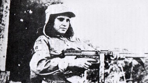 Zoila Águila Almeida, La Niña del Escambray, aparece aquí con una ametralladora Thompson. Estuvo alzada hasta 1964. Su esposo fue fusilado y ella fue presa política plantada. (Foto publicada en 'Escambray, La Guerra Olvidada', de Enrique Encinosa)