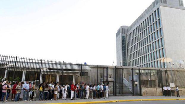 Alrededor de la Embajada de Estados Unidos en La Habana las colas han sido habituales, por la caída del personal a raíz del caso de los presuntos ataques sónicos. (EFE)