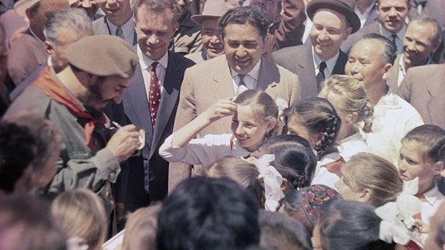 El expresidente Fidel Castro reunido con un grupo de pioneros en Uzbekistán. (Archivo)