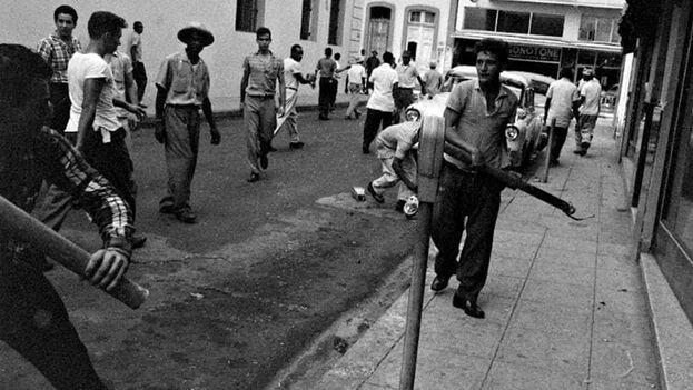 El triunfo de la revolución en La Habana fue celebrado también con la destrucción de parquímetros. (Archivo)