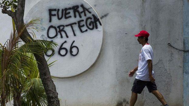En las calles brota también la inconformidad con un ejecutivo que vive de espaldas a la población. (EFE/Jorge Torres)