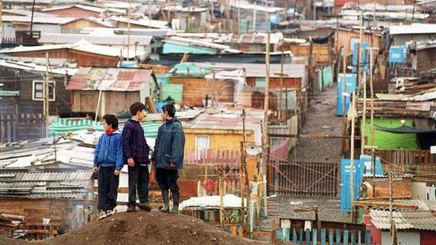 Unos niños observan sus casas en la comuna de Peñalol al oriente de Santiago de Chile. (EFE)