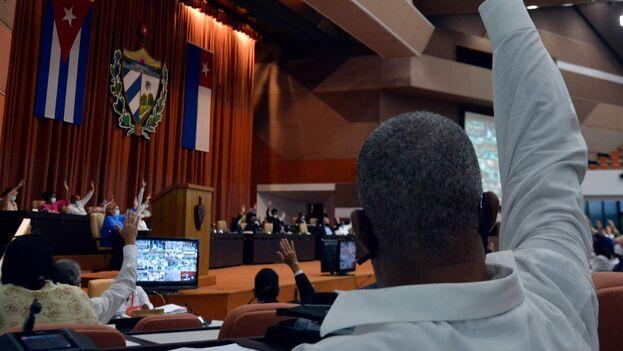 El primero de todos los requerimientos es garantizar una lealtad absoluta que se refleje en la práctica en votaciones de mayoría absoluta, cuando no unánimes. (presidencia Cuba)