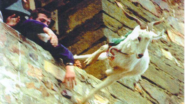 El lanzamiento de la cabra de Manganeses de la Polvorosa, en Zamora, está prohibido desde 2002. Ahora se arroja un monigote. (EFE)
