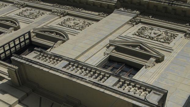 Rajaduras en la fachada del Teatro Amadeo Roldán. (14ymedio)