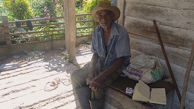 Juan José Muñoz, usufructuario de 83 años, en el portal de su casa. (14ymedio/Juan Carlos Fernández)