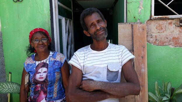 Mercedes Caballero en la entrada de su casa junto a uno de los obreros. (14ymedio)