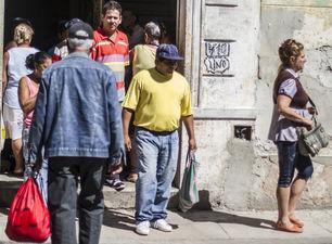 Pacientes hacen cola para ver a Lino Tomasén