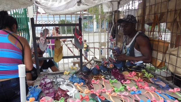 Puesto de calzado de plástico en la feria de La Cuevita. (14ymedio)