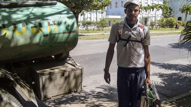 Trabajador de la lucha contra el dengue. (14ymedio)