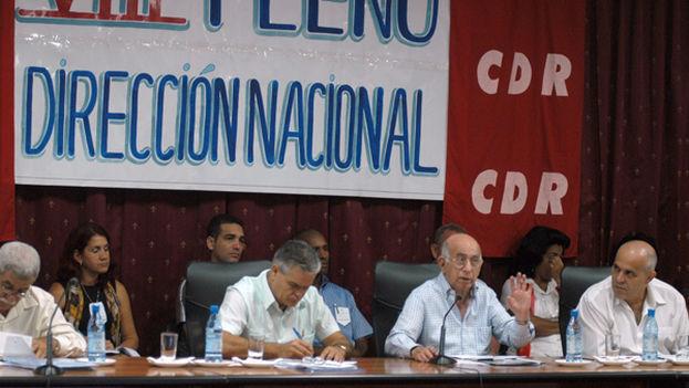Juan Carlos Gálvez detrás de Machado Ventura el 5 de septiembre de 2012, en el VIII Pleno de l Direcciona Nacional de los CDR. (JCG)