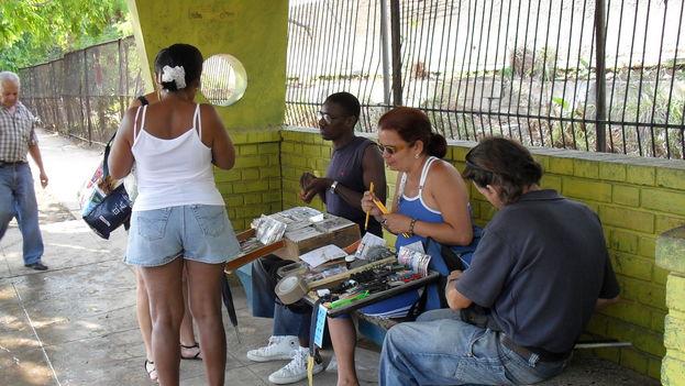 Vendedores en una parada de ómnibus en La Habana. (14ymedio)