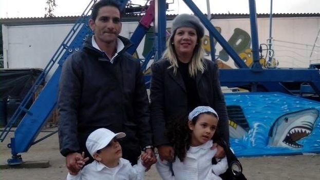 Yanela Vilche junto a su esposo, Johans Tamayo, y sus hijos, Fernanda y Fabio, en Quito, Ecuador. (Cortesía)