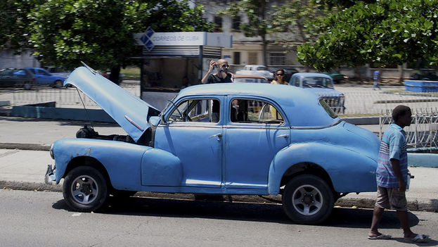 Los almendrones que pululan por La Habana conservan la carrocería original pero la parte mecánica es casi siempre moderna. (Lilianne Ruiz/14ymedio)