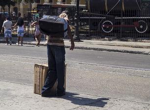 Una caja de cartón es el equipaje habitual de los viajeros. (14ymedio)